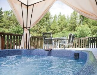 Find Log Cabins with Hot Tubs in Derbyshire